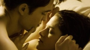 (L to R) ROBERT PATTINSON and KRISTEN STEWART star in THE TWILIGHT SAGA: BREAKING DAWN.