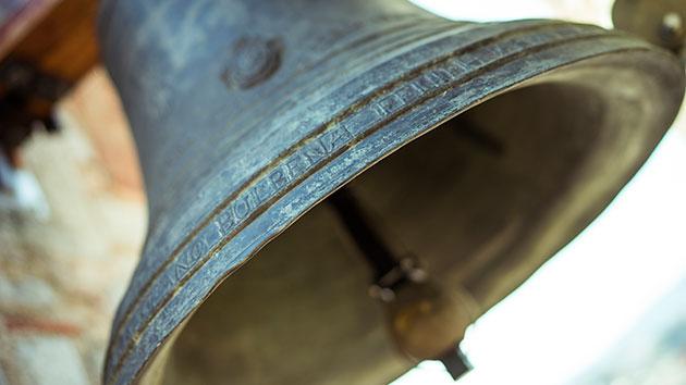 the tolling of the bell a De très nombreux exemples de phrases traduites contenant tolling bell –  dictionnaire français-anglais et moteur de recherche de traductions françaises.